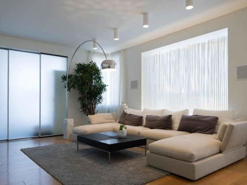 Лаконичный интерьер большой гостиной