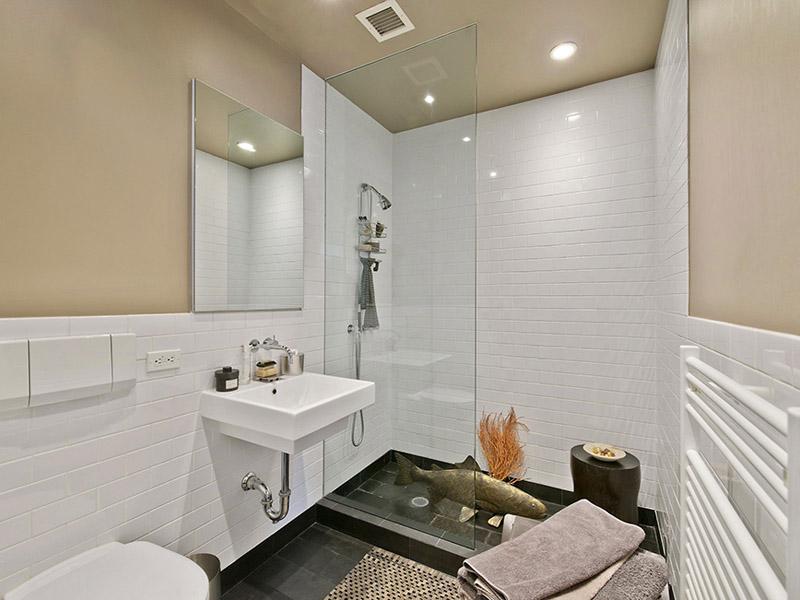Ванная комната с душевой в просторной квартире