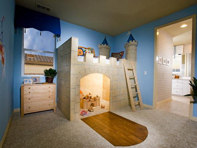 Кровать-чердак с башенками и игровой зоной