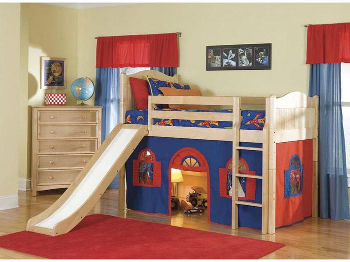 Кровать-чердак с горкой и домиком внизу