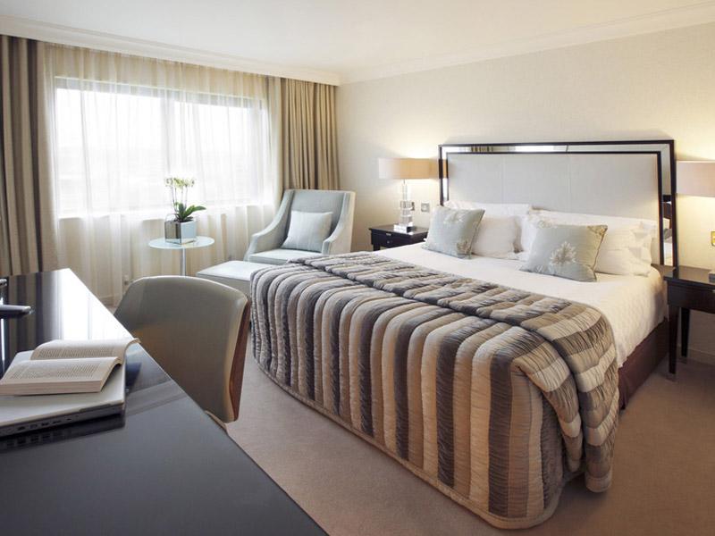 Спальня в просторной квартире