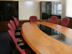 Выбираем овальный стол для заседаний: стекло или дерево?
