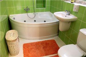 Интерьер маленькой ванной комнаты в зеленом цвете, модно и сочно
