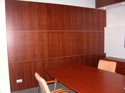 Деревянные (шпонированные) стеновые панели в интерьере офиса