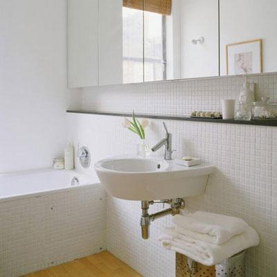 Зеркало, мебель и аксессуары в интерьере ванной комнаты