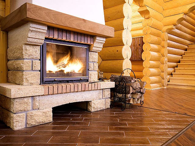Деревянный дом, интерьер с камином