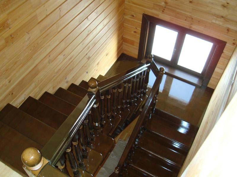 Дизайн лестницы в брусовом доме