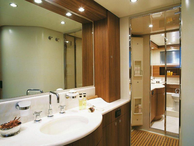Точечные светильники над зеркалом в ванной комнате