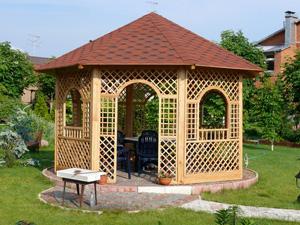 Деревянная беседка: незаменимое сооружение для дачи