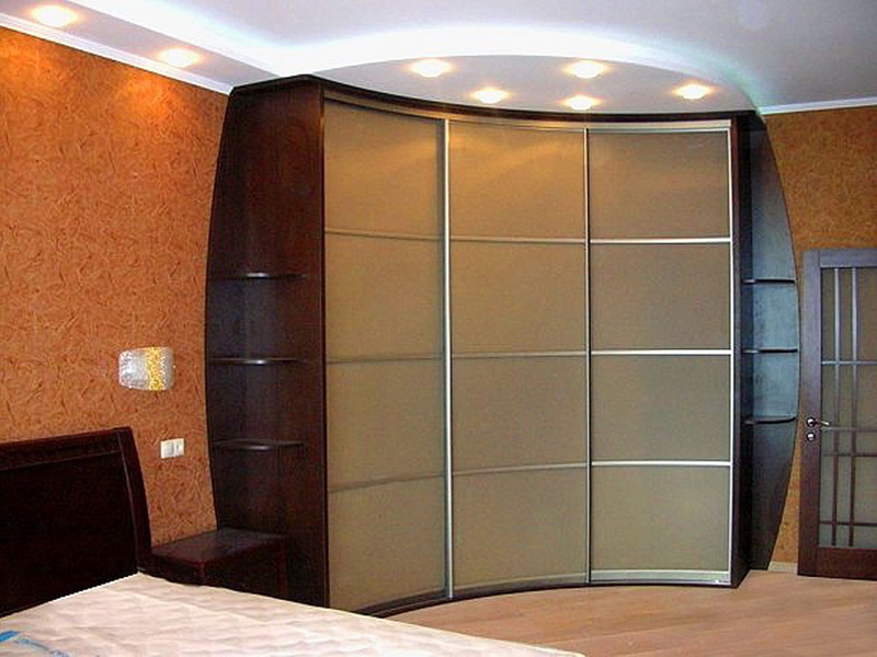 Угловой встроенный шкаф-купе в большой спальне