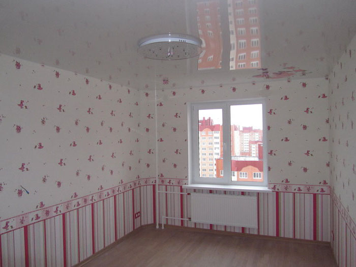 Комбинирование обоев в гостиной типовой квартиры