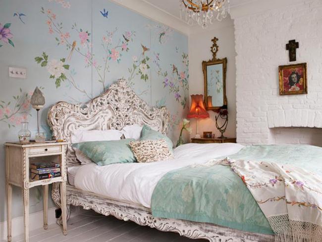 Большие цветы над кроватью