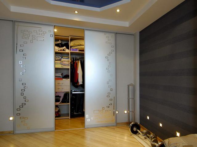 Встраиваемый шкаф-купе с дверями из матового стекла