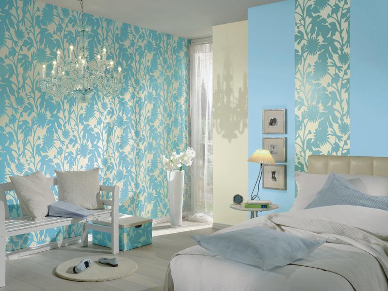 Голубая спальня с комбинированными обоями