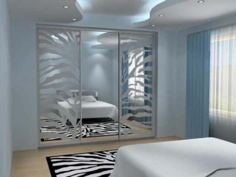 Встроенный шкаф-купе с зеркальными дверями в спальне
