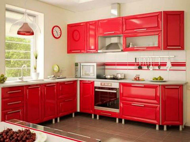 Кухня с ярко красной мебелью