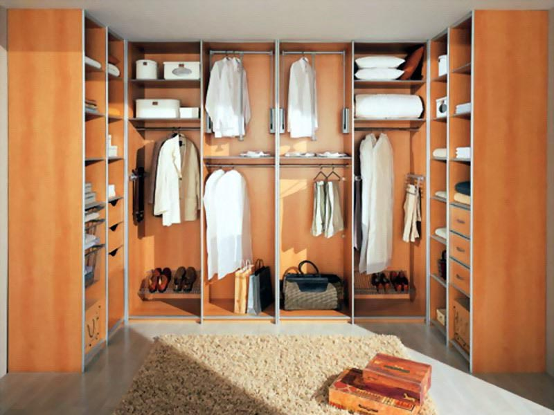 Простая гардеробная комната