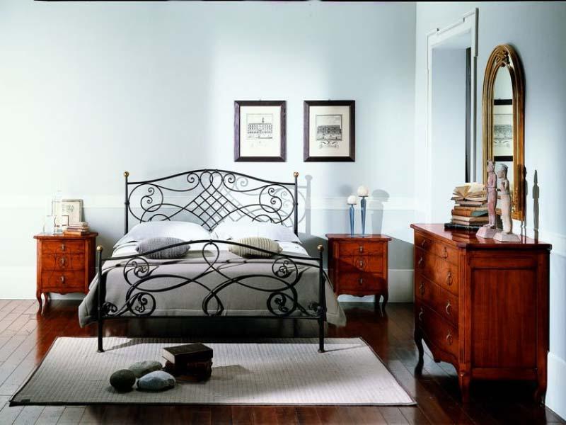 Итальянский комод в спальне