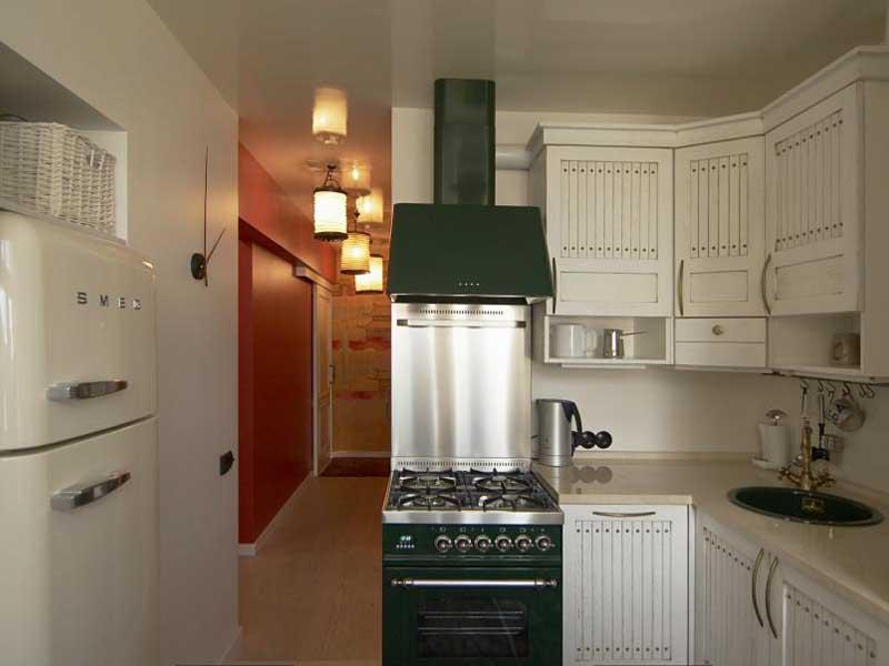Небольшая кухня с нишей под холодильник