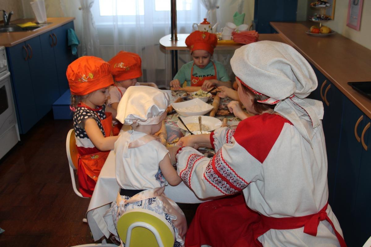 В красноярском детском саду №328 детей учат варить супы и печь оладьи