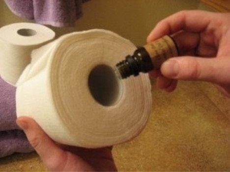 Рулон туалетной бумаги и эфирное масло