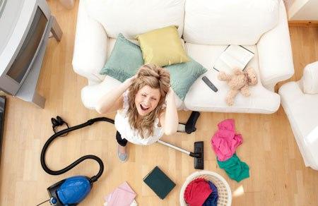 Женщина с инструментами для уборки дома