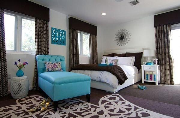 Интерьер спальни в коричневых тонах с мебелью бирюзового цвета