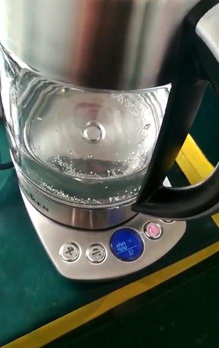 Электрический чайник Dauken DK в работе