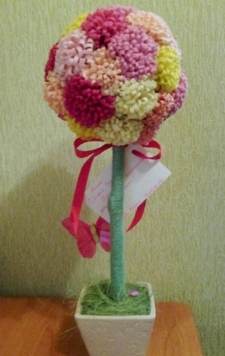 Готовый топиарий с хризантемами. Вид сзади