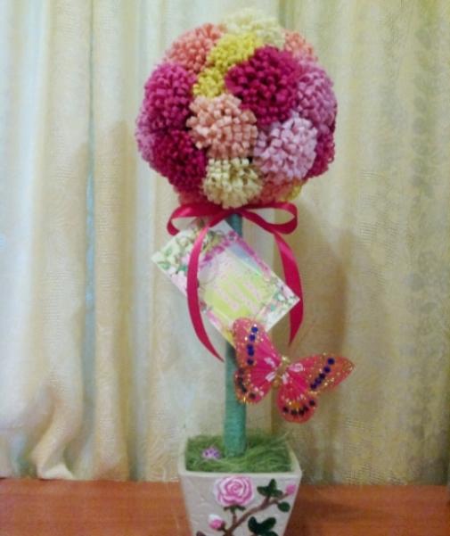 Готовый топиарий с хризантемами. Вид спереди