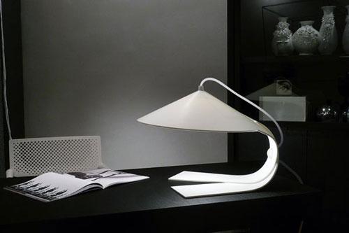 Почтительная настольная лампа