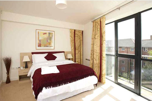 Интерьер спальни с выходом на балкон