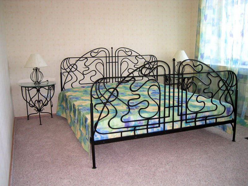 Двуспальная кровать с кованой спинкой