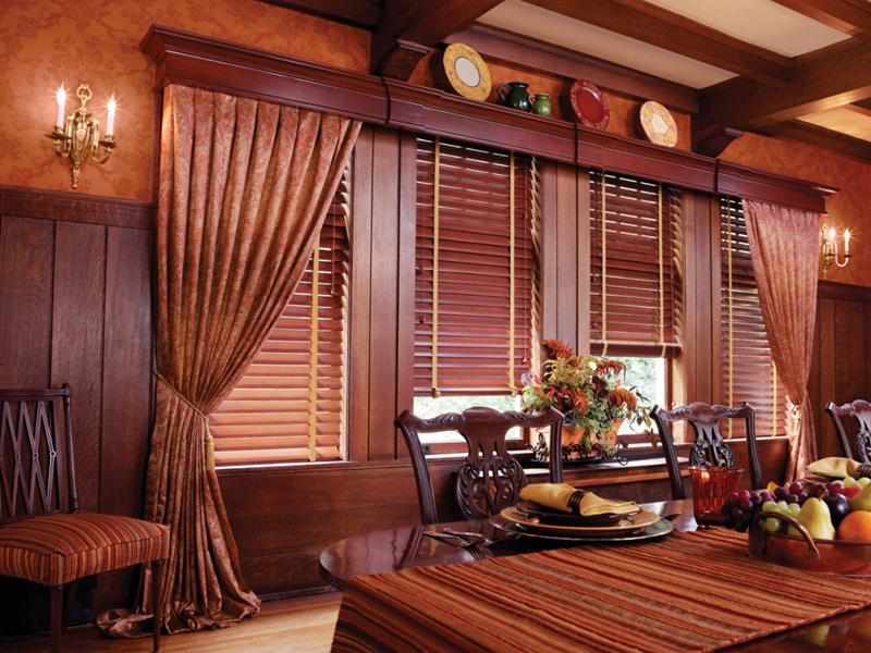 Роскошные деревянные карнизы в интерьере