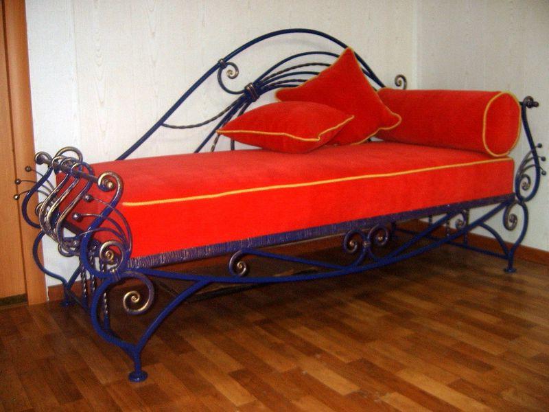 Необычная односпальная кованая кровать