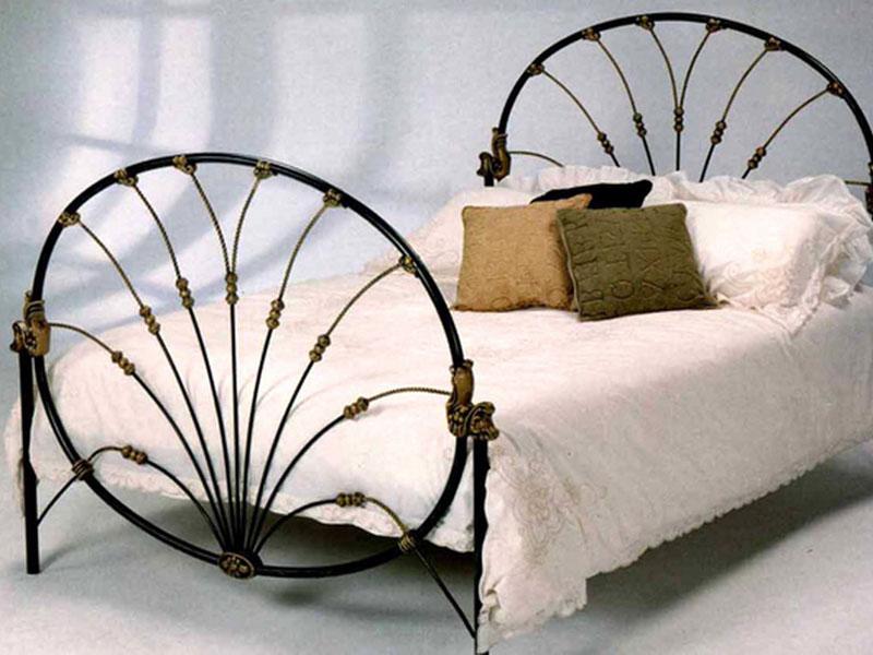 Двуспальная кровать с круглой кованой спинкой
