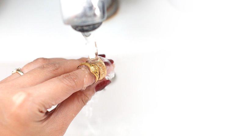 Как почистить золотые серьги в домашних условиях быстро и эффективно