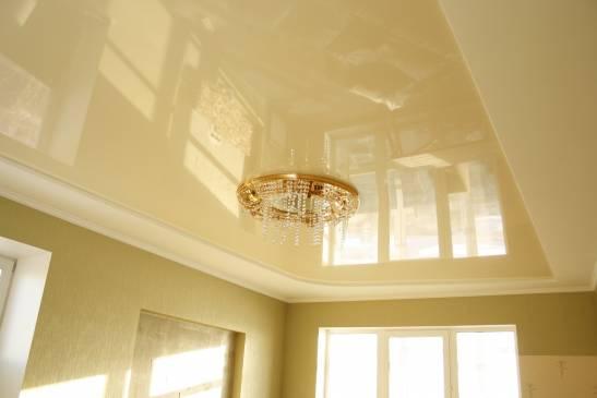 Хитрости эффективной уборки: как мыть натяжные потолки в домашних условиях