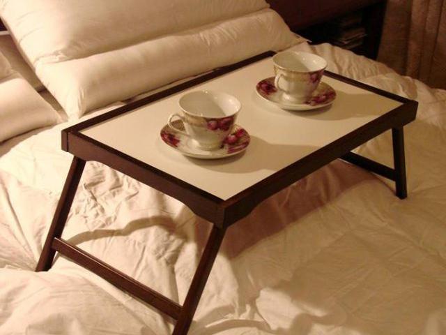 Столик для еды в кровати