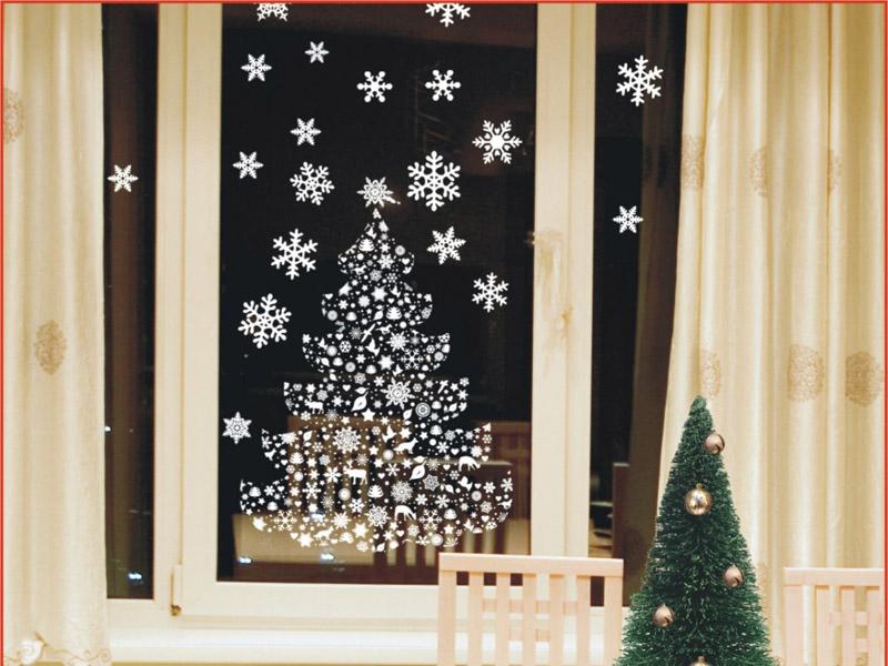 Снежинки на окне в Новый Год