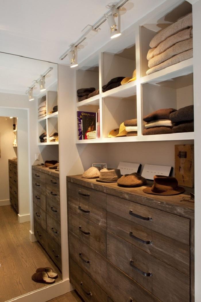 Дизайн гардеробной с натуральной отделкой