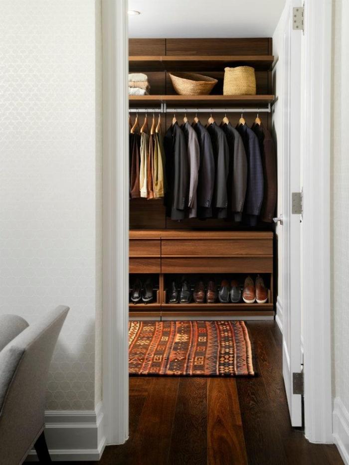 Интерьер гардеробной из кладовки