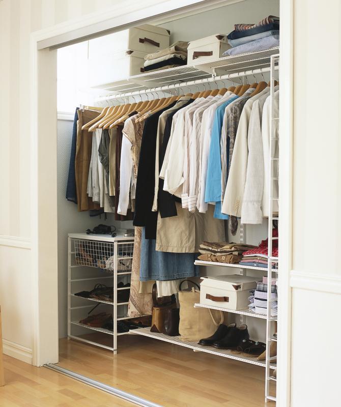 Дизайн узкой гардеробной