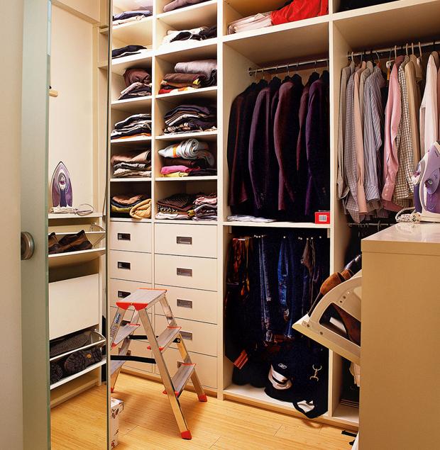 Экономим место в доме: как обустроить гардеробную из кладовк.