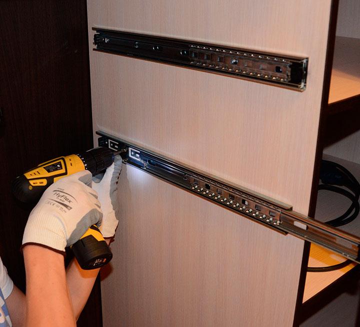 Монтаж полок и ящиков в гардеробной