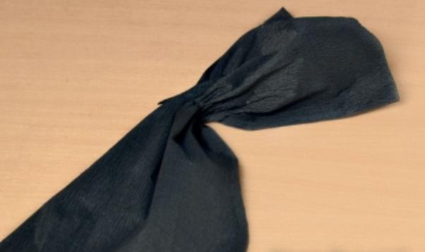 Мастер-класс по созданию паука из креповой бумаги на Хэллоуин. Шаг 3