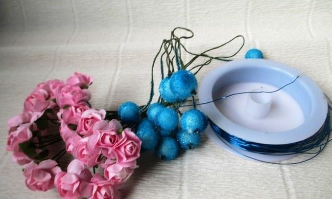 Мастер-класс по созданию венка из искусственных цветов с декоративными бусинами. Шаг 1