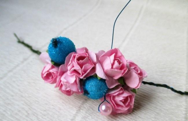 Мастер-класс по созданию венка из искусственных цветов с декоративными бусинами. Шаг 3