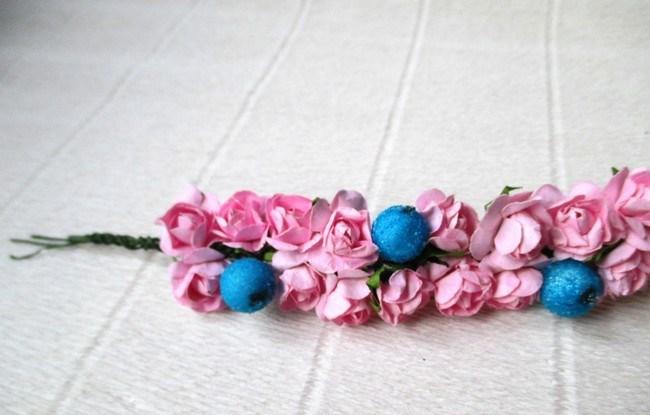 Мастер-класс по созданию венка из искусственных цветов с декоративными бусинами. Шаг 4