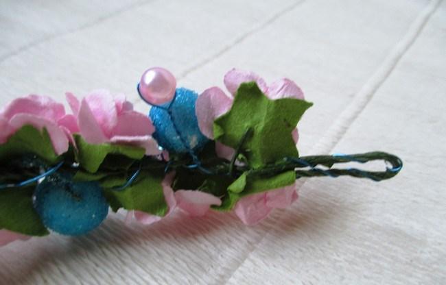 Мастер-класс по созданию венка из искусственных цветов с декоративными бусинами. Шаг 6